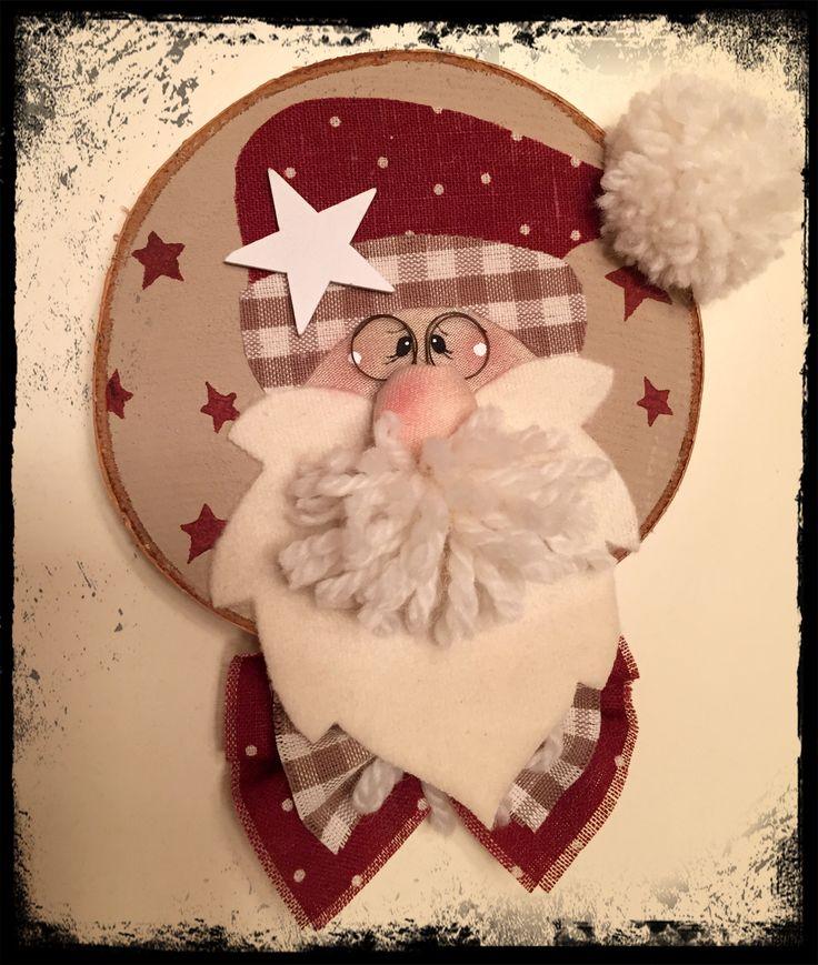 Sezione tonda di legno decorata a mano con stoffa. Natale country ...