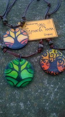 Accesorios PANCHA-MAMA: Colgantes pintados a mano,con cordón de cuero