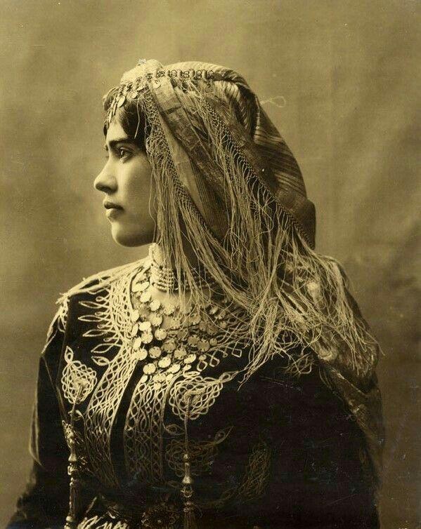 فولار ذهبي على الراس Jewish Women Rare Historical Photos Jewish Girl