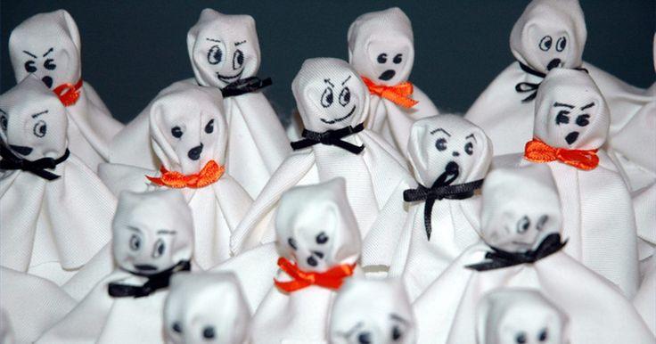 Como fazer fantasmas com lenços de papel. O Dia das Bruxas é a época em que fantasmas, duendes e outras criaturas assustadoras passeiam por aí. Crianças e adultos se divertem com a antecipação de pedir por doces ou travessuras e decorar para a festa. Muitas pessoas usam decorações elaboradas de lojas de Halloween para celebrar a festa. Mas você pode pedir a ajuda de crianças e idosos para ...