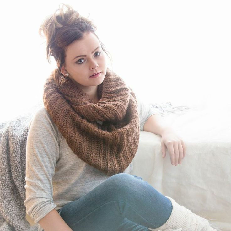 Image of Thick Knit Infinity Scarf - Mocha
