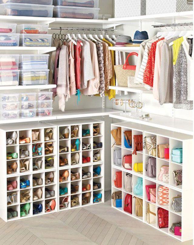 Closet organizado en la parte superior con cajas plásticas transparentes en repisas y barras para colgar chalecos y blusas. La parte inferior del closet con subdivisiones para guardar zapatos y carteras.