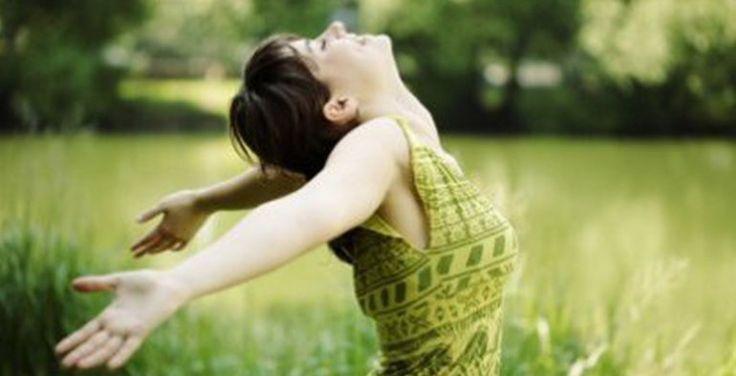 5. Busca tu ilusión día a día Los episodios de tristeza deben servirnos para aprender, tomar nuevos rumbos y salir fortalecidos. Cuando te levantes por la mañana, ponte un objetivo. Algo que te empuje por dentro y que te obligue a salir de la cama, a vestirte, a sentirte atractiva y con ganas de salir por la puerta de casa. Apúntate a algún curso: pintura, yoga, baile… algo que te obligue a manten