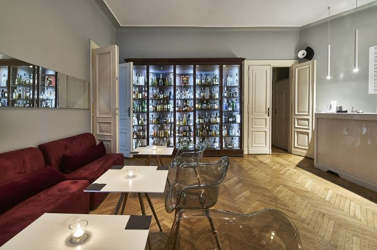 6 cocktails to tajemniczy klub w samym centrum Warszawy. Zlokalizowany wzabytkowej kamiennicy 6 cocktails posiada bogatą ofertę alkoholi, profesjonalnąobsługę barmańską inajlepsze firmowe drinki w stolicy. Wystrój jasnych, wysokichwnętrz łączy piękne, ceramiczne piece i urokliwe drewniane parkiety z nowoczesnymi, designesrskimi meblami. Przestrzenie otwarte są tylko dla wtajemniczonych dlatego lokal sprawdzi się idealnie podczas wszelkiego rodzajuimprez zamkniętych: urodzin, wieczorów…