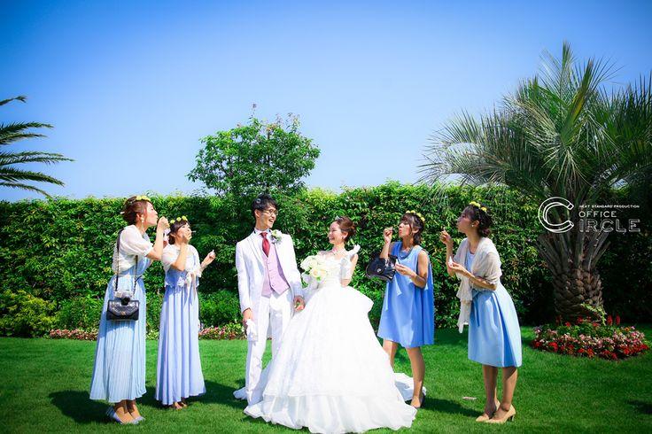 欧米ではお馴染みのブライズメイド!!でも言葉は聞くけど日本でなかなか馴染みがなかったり、意味なども知らない方も多いかと・・・そんなブライズメイドについて今回は少しご紹介しちゃいます☺ブライズメイドの由来もともとは中世のヨーロッパが起源で、新郎新婦の幸せを妬む悪魔から花嫁を守るために未婚の姉妹や友人たちが花嫁と同じよう