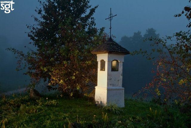 Kapliczka nad Jeziorem Jaczno. Suwalski Park Krajobrazowy