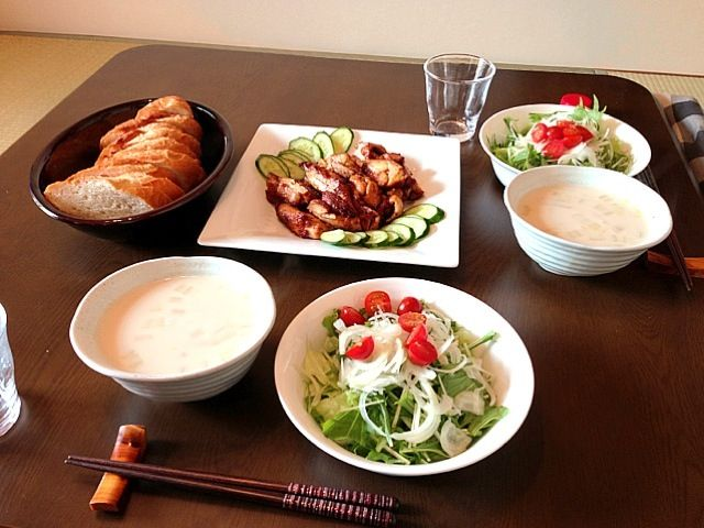 味付けされたチキンを焼いただけ(≖ლ≖๑ ) - 46件のもぐもぐ - タンドリーチキン、サラダ、白菜とハムのクリームスープ、バケット by usaco123