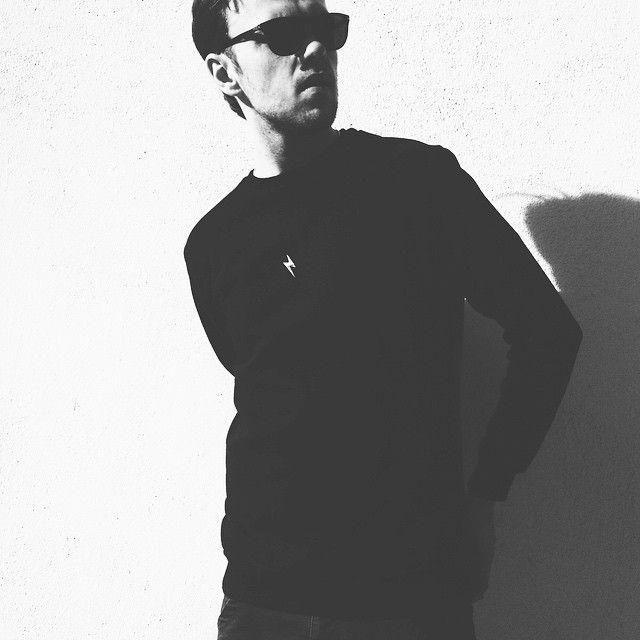 CLEANT noir crewneck Czarna bluza z czarnym połyskującym piorunem. Piorun na klacie.