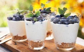 Frossen mousse med blåbær En festlig dessert som kan laves i forvejen og med mange forskellige slags bær.