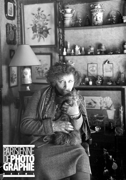 Colette (1873-1954) écrivain français, et son chat, dans son appartement du Palais-Royal à Paris - 1935