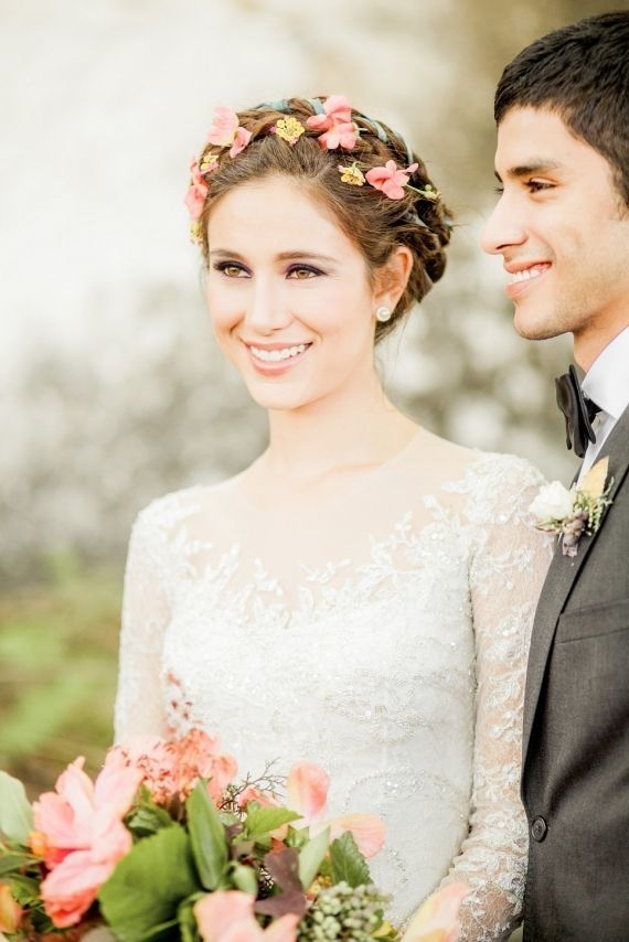 Прически с цветами в волосах на свадьбу - это один из самых модных вариантов последних нескольких лет. Цветы придают девушкам нежности, романтичности и идеальности, благодаря такой прическе вы точно будете в центре внимания.