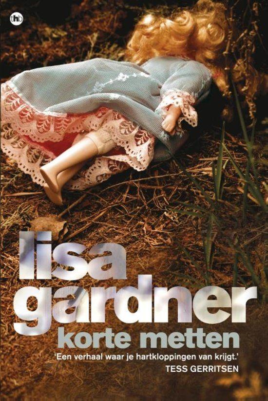 Korte Metten - Lisa Gardner De zaak lijkt zo klaar als een klontje: als de mishandelingen door haar man politieagente Tessa Leoni te veel worden, gaat ze door het lint en schiet hem dood. Maar Tessa laat tijdens het verhoor niets los - niet over haar echtgenoot, haar blauwe plekken of haar spoorloos verdwenen zesjarige dochter Sophie. De politie begint een zoektocht naar het meisje. Bij haar collega's stuit rechercheur D.D. Warren op een muur van stilzwijgen