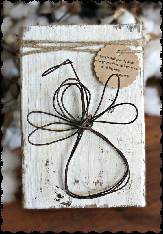 Rustikaler Draht-Engel Schutzengel auf weiß beunruhigter Holzplakette mit …  …