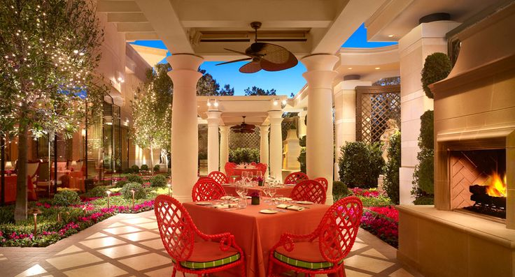 If you like Frank Sinatra, you'll love our Forbes Travel Guide Four Star award-winning tribute to Ol' Blue Eyes. Sinatra, inside Encore, showcases Chef Theo Schoenegger's modern twist on classic Italian cooking, including many of Frank's personal favorites that Chef Schoenegger prepared for him, like spaghetti and clams, or ossobuco.