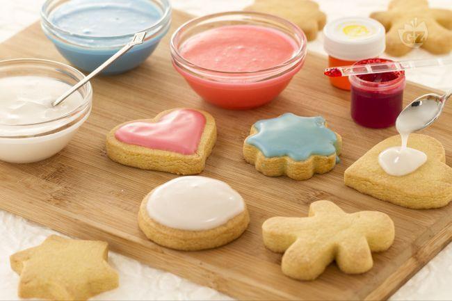 La glassa all'acqua è un composto lucido che viene utilizzato per rivestire biscotti e torte, realizzato con zucchero a velo sciolto in acqua calda.