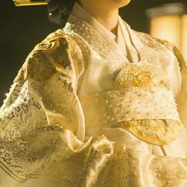 상의원 대례복 - The Royal Tailor(Hangul:상의원;RR:Sanguiwon) is a 2014 South Koreanperiod filmdirected byLee Won-suk, and starringHan Suk-kyu,Park Shin-hye,Go SooandYoo Yeon-seok.[4][5][6]The rivalry between two tailors at theSanguiwon, where the attire worn by royalty were made during theJoseon era, plunges the court into scandal and tragedy.