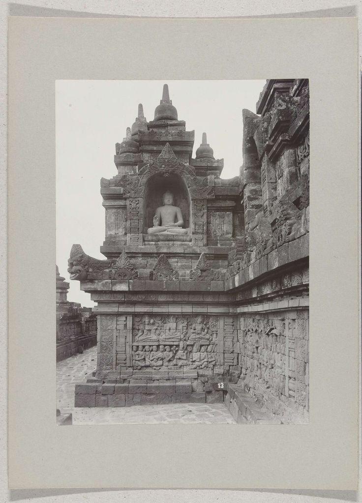 Gaanderij van de Borobudur (Boroboedoer) met een beeld van Boeddha, nabij Magelang, Nederlands-Indië, O. Kurkdjian, ca. 1895 - ca. 1915