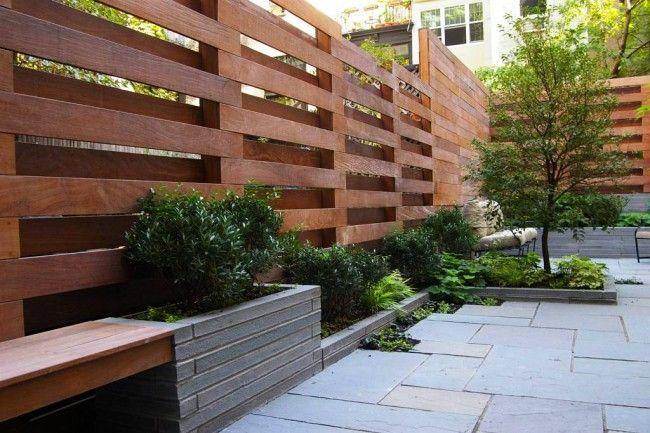 Дерев'яні паркани і огорожі для дому. У шаховому малюнку, утвореному дошками, закріпленими з двох сторін брусів-основ, обидві сторони є лицьовими