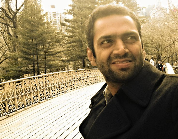 फिल्म अभिनेता शारिब हाशमी के कमाल के हास्य अभिनय को देखते हुए उनके पास हास्य फिल्मों के प्रस्तावों का ढेर लग गया