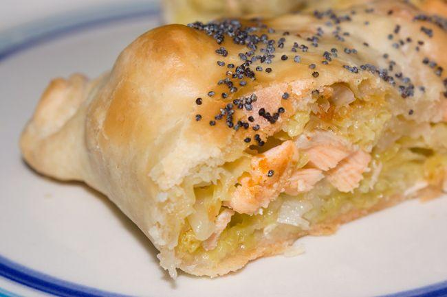 Strudel salato con salmone, verza e peperoncino