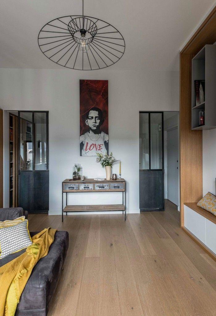 Deux portes esprit atelier sur-mesure coulissantes séparent la pièce à vivre de l'entrée et des chambres. Un buffet minimaliste sur-mesure. Une réalisation de l'agence d'architecture d'intérieur Murs & Merveilles I www.mursetmerveilles.fr