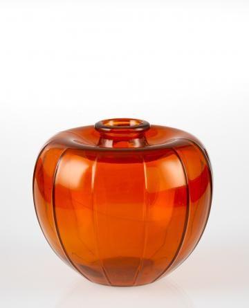 """Uitgegeven in 1945 en ontworpen door A.D. Copier. Ook wel het """"Oranje-appeltje"""" genoemd. Waarschijnlijk het meest beroemde exemplaar. Het glas heeft een diep oranje kleur, het was dan ook het glas dat in die tijd van grote schaarste, direct na de oorlog, gebruikt werd voor de vervaardiging van achterlichten van auto's en fietsen. De kleur van het glas was overigens vrij instabiel: de tinten varieerden van roodbruin-oranje tot oranje-geel."""
