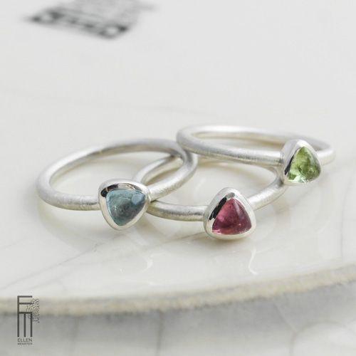95,00€ - anillo de plata con aguamarina celeste, anillo con diseño minimalista y piedra natural ----------------------- Fino anillo con una piedra preciosa de color azul claro - diseño minimalista. Una pieza de joyería muy elegante – 100% trabajo artesanal y fabricado en España. 💎 Unanillo solitario con una piedra natural de color azul agua. Una aguamarina transparente y clara. La gema tiene las medidas de 5mm, con forma triangular y corte de cabujón. La aguamarina es una de las Ring Verlobung, Color Azul, Euro, Heart Ring, Jewels, Rings, Shop, See Through, Shape