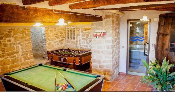 LLEIDA, COSCÓ. Casa rural Cal Albareda, antigua casa de payés restaurada (cat 3 espigas). Cuenta con #7_dormitorios (5 tipo suite con baño), sala de estar, tres comedores, cocina equipada, sala de juegos ( #billar, #futbolín, #diana y #wii conectada a pantalla gigante), zona de #spa_jacuzzi, 2 terrazas, porche y jardín con #piscina y #barbacoa. Situada en un pueblo de 24 habitantes, tranquilo con excelentes vistas del #Montsec y del Port del Compte. #casa_rural_juegos #casa_rural_mesa_billar