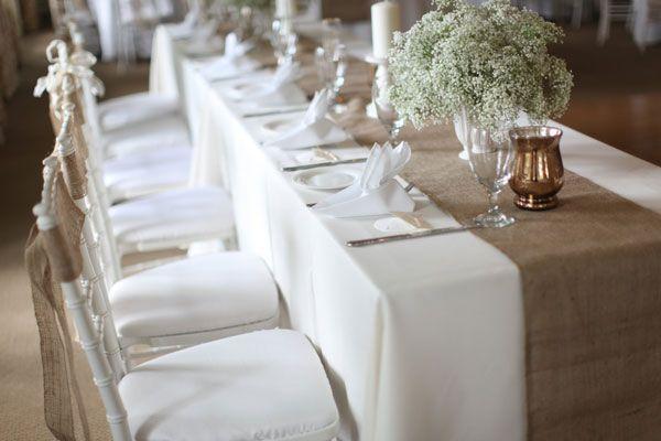 Outre la magie du lieu de réception, que ce soit à l'intérieur ou à l'extérieur l'ambiance champêtre peut être facilement recréée. Porter une attention particulière sur les tables du mariage…