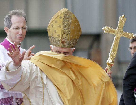 il papa emerito non avrà più il mantello