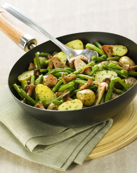 Poêlée de champignons, pommes de terre, haricots verts et lardons, crème à la moutarde