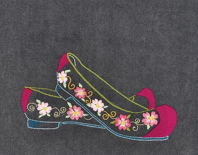 #야생화자수 #꽃신 #꿈소 #꿈을짓는바느질공작소  #자수 #자수타그램 #embroidery #handembroidery #embroideryart #threadpainting #needlepainting #hoopart #stitchart #dmc #flowershoes #handmade