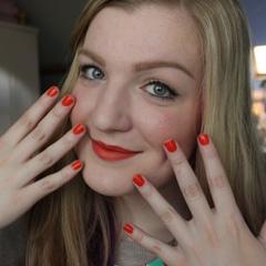 Vorstelijk oranje, wat een heerlijk opgewekte kleur. Vera Camilla laat in haar video tutorial zien hoe je een feestelijke, oranje look creëert. En dat staat geweldig voor tijdens Koninginnedag, maar is ook geschikt voor een alledaagse look. Tip van Vera Camilla: leg een focus op je lippen en ontdek hoe draagbaar de kleur oranje is!