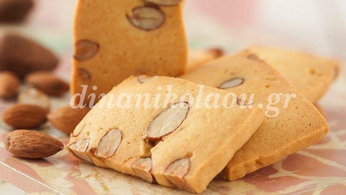 20΄ 20΄-25΄ 25-30 μπισκότα 3 ώρες  Υπέροχα, τριφτά, βουτυράτα μπισκοτάκια με αμύγδαλα. Για πιο δυνατή γεύση αμυγδάλου μπορείτε να αντικαταστήσετε την βανιλίνη με εσάνς πικραμύγδαλο. Υλικά Εκτ…