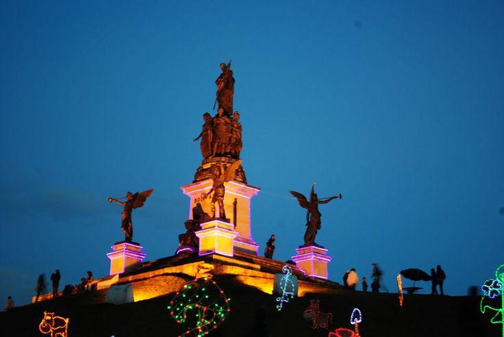 Puente de Boyacá, Monumento Von Miller, 18 metros de altura. La figura del Libertador Simón Bolívar sobre un bloque a hombros de cinco mujeres, que simbolizan las cinco repúblicas bolivarianas y empuña el pabellón Nacional apretándolo con el corazón. — en Boyaca, Colombia.