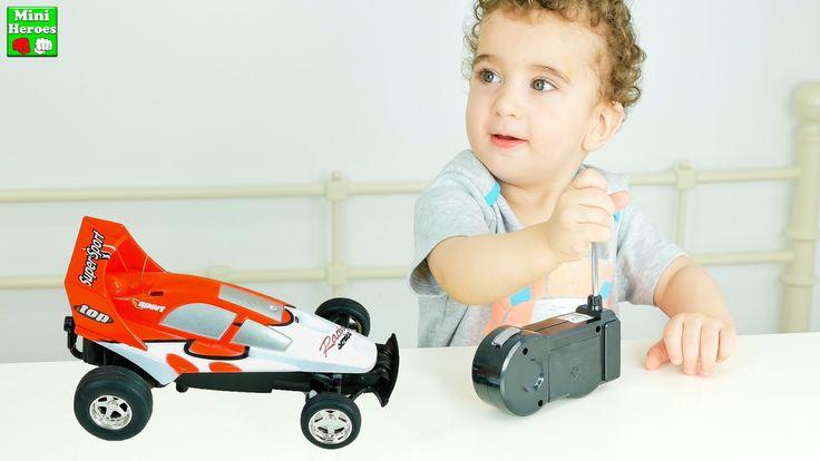 Маленький Мальчик Илья открывает свою первую Машину