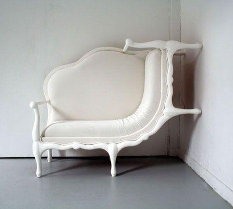 [F]ぐにゃっと曲がったソファのようなものです。このセンスは好きですが部屋の角以外の場所には合わなそうですね