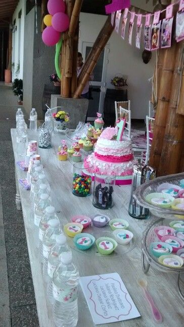 Mesa de dulces y torta niña