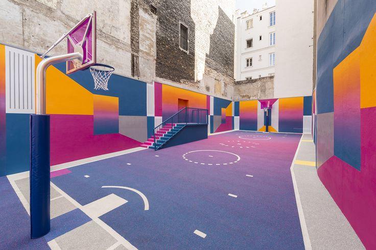 Una de las zonas más famosas deParís, nos sorprende de la mano de Pigalle y Nike, con la que es sin duda la cancha de baloncesto más colorida del mundo.