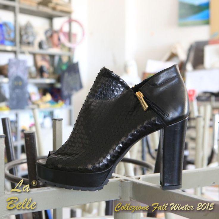 Calzature Donna artigianali made in Italy - La Belle Shoes. Scarpa Spuntata Materiale cobra/gaucho nero - Tacco altezza 100 mm ricoperto in cuoio gaucho - plateau esterno e fondo carrarmato http://www.labelleshoes.eu