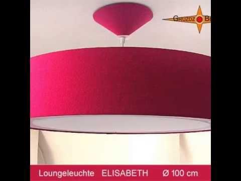 Bei unserer Wandleuchte ELISABETH, Ø 15 cm, H 58 cm, wirkt nicht nur die hochformatige Form elegant. Ihre royale Farbe und der sanfte Schimmer der Bourette-Seide tun ihr Übriges. Ich möchte jetzt nicht aufdringlich wirken, aber diese Lampe kann man sich doch recht gut im Schlafzimmer vorstellen, oder?