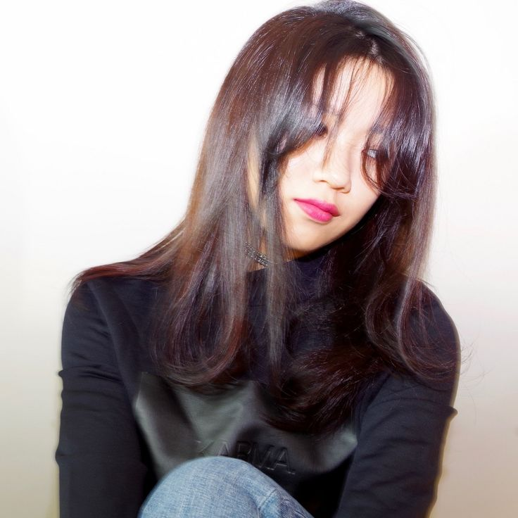 少し長めの前髪にふんわり自然なカールをつけて、全体はストレトーな個性的ロングスタイルです。 前髪はパーマでもカーラーでもいいと思います。 面長の方でも似合いやすい前髪です! カラーはバイオレッド系グラデーションです。 前髪の長さ、形でお悩みの方はご相談ください!