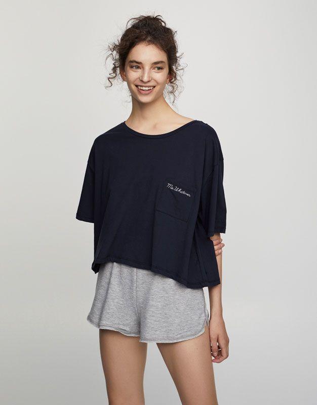 Krótka koszulka z kieszonką - Koszulki - Odzież - Dla Niej - PULL&BEAR Polska