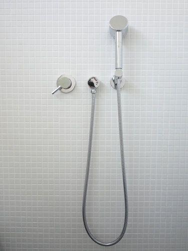 角度が変えられるシャワーヘッドホルダー 横一列ですっきりと◎  ウェブ内覧会 バスルーム tform バス水栓003