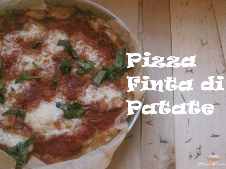 Gradita da grandi e piccini, la Pizza Finta di Patate è semplicissima da fare e rappresenta un secondo veramente sfizioso; si tratta di una morbidissima base di patate schiacciate, condite golosamente come una pizza vera e propria