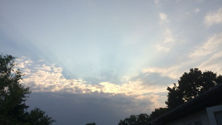 Solen titter frem over skyerne