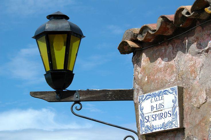 Calle de los Suspiros con farola en Colonia del Sacaramento, Uruguay