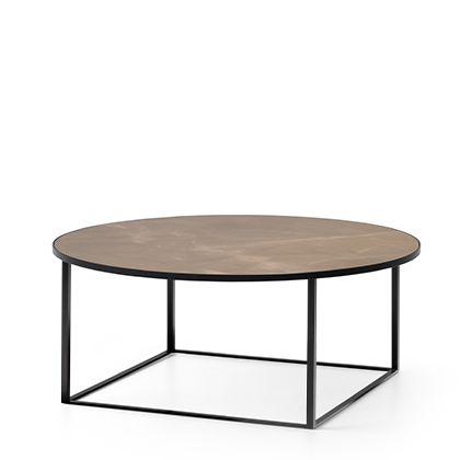 Salon tafel Prismo van Leolux Door rechte hoeken en cirkels te combineren ontstaat een visuele spanning. Daarnaast is er de balans, de verfijnde synthese tussen het ranke frame en het keramische blad.