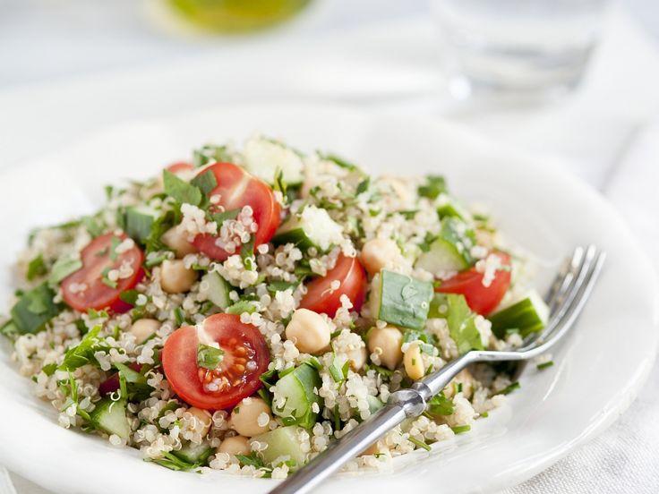 Quinoa-Tomaten-Salat mit Kichererbsen - smarter - Kalorien: 270 Kcal - Zeit: 40 Min. | eatsmarter.de Quinoa ist ein echtes Superfood.
