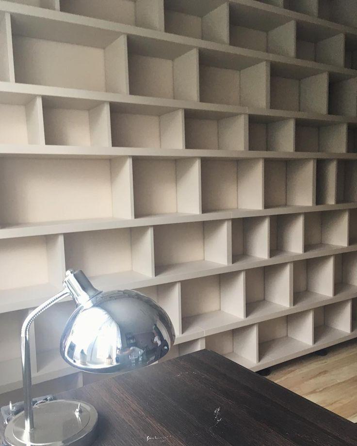 regał w kolorach kremowe cappucino bookcase in cream cappuccino colors #regał #biblioteczka #bookcase #bookshelf #shelf #shelves #book #books #książka #książki #kolor #cappucino #kremowe #decor #design #meble #nawymiar #furniture #mjakmieszkanie #warszawa #warsaw